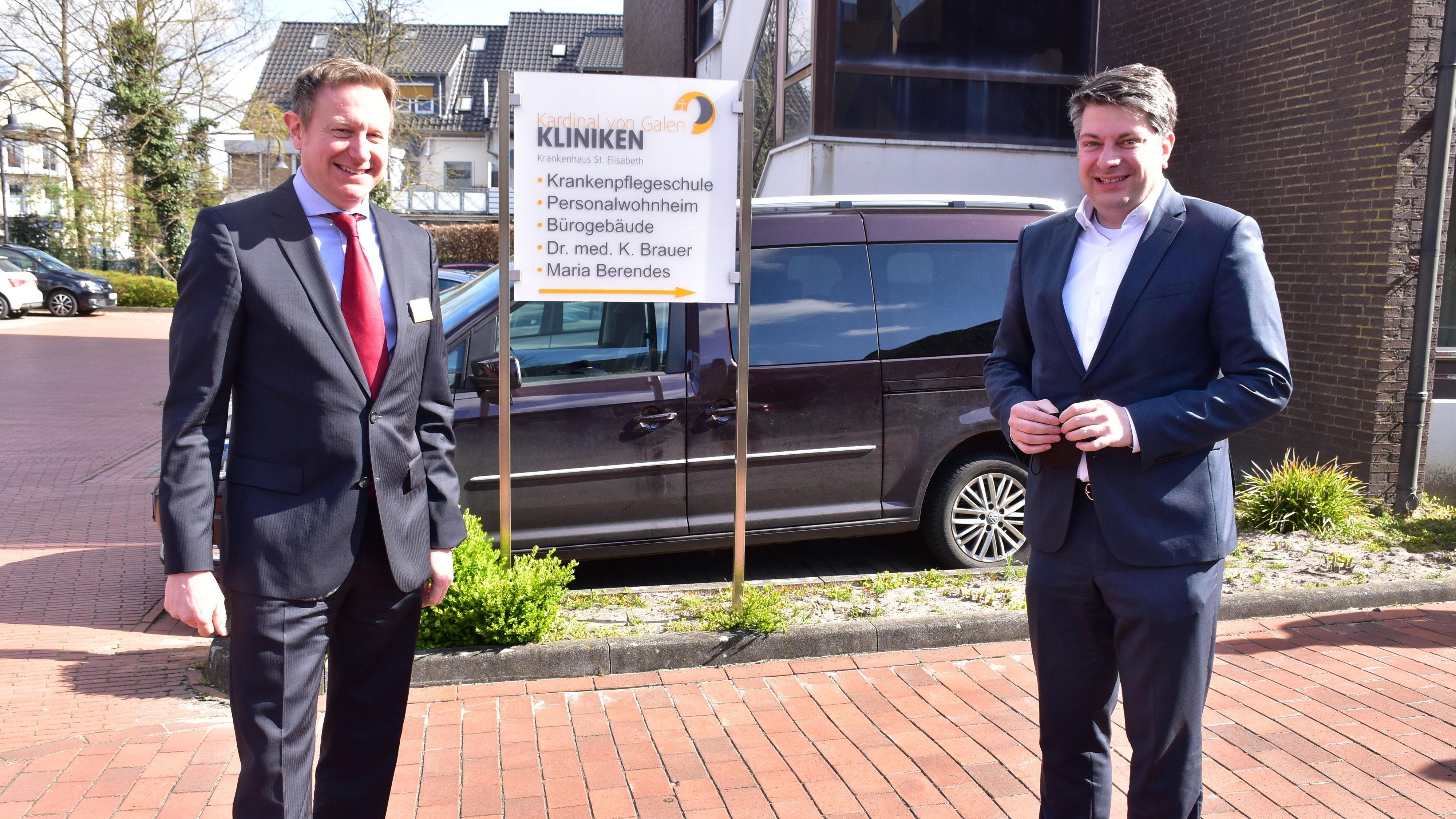 Dr. Niklas Cruse (Geschäftsführer des Krankenhauses; links) und Christian Calderone (CDU-Landtagsabgeordneter) setzen sich für den großen Anbau ans Dammer Krankenhaus ein. Die Kosten belaufen sich auf 25 Millionen Euro. Foto: Lammert