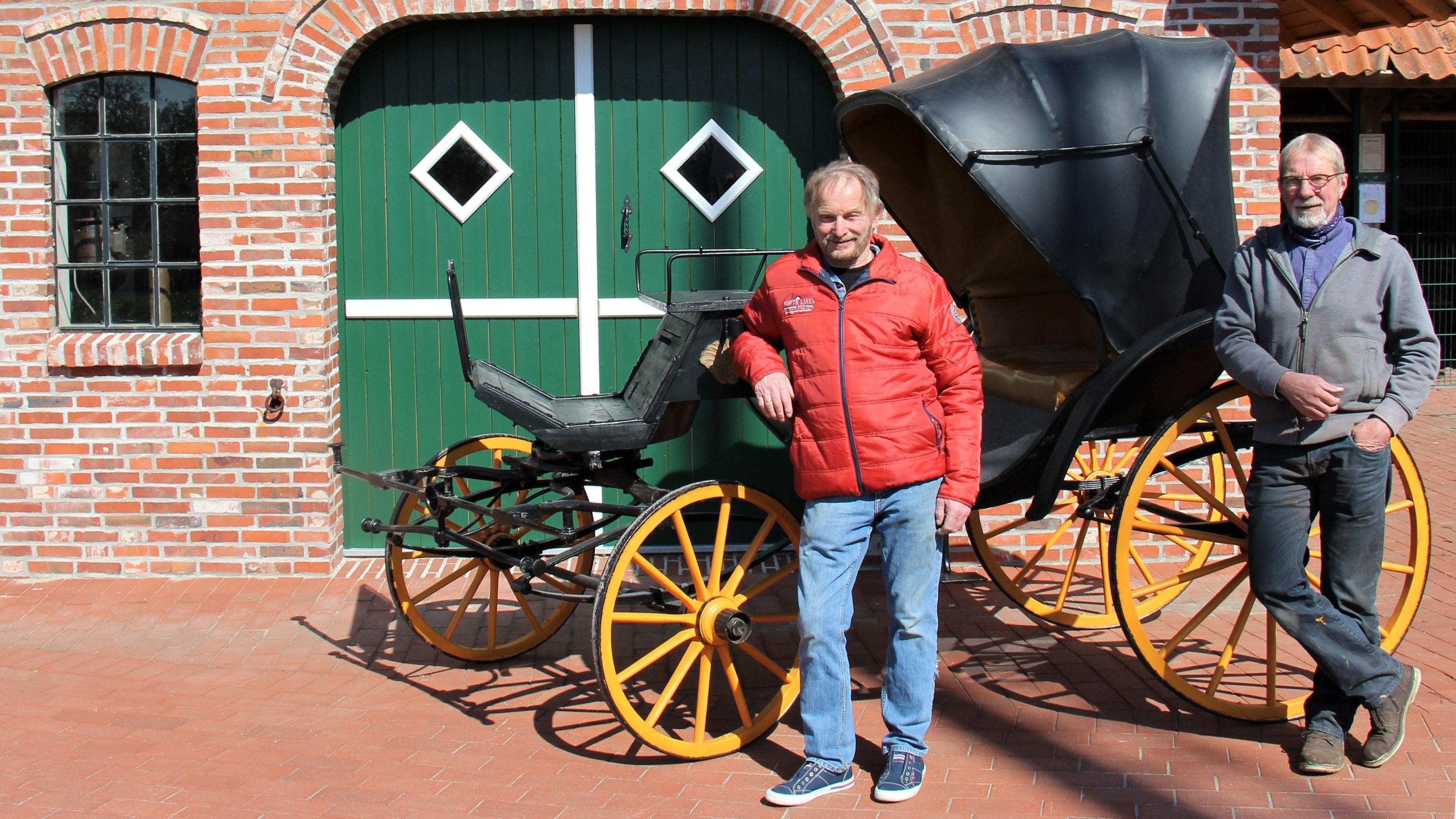 Neuzugang: Hans Deeken (links) vermittelte die Viktoriakutsche an die Dorfgemeinschaft, Hans Luker engagierte sich bei der Aufarbeitung des Museumsstückes. Foto: Funke