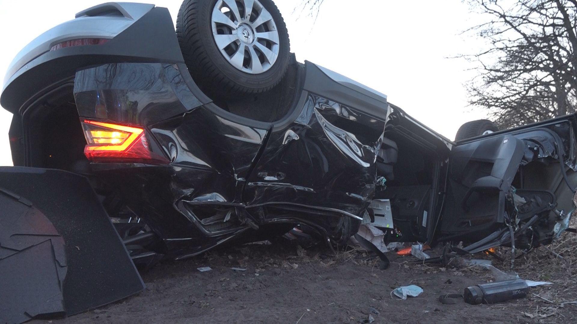 Das Wrack des Skoda zeigt, welche zerstörerischen Kräfte auf das Auto gewirkt haben. Foto: NonStopNews