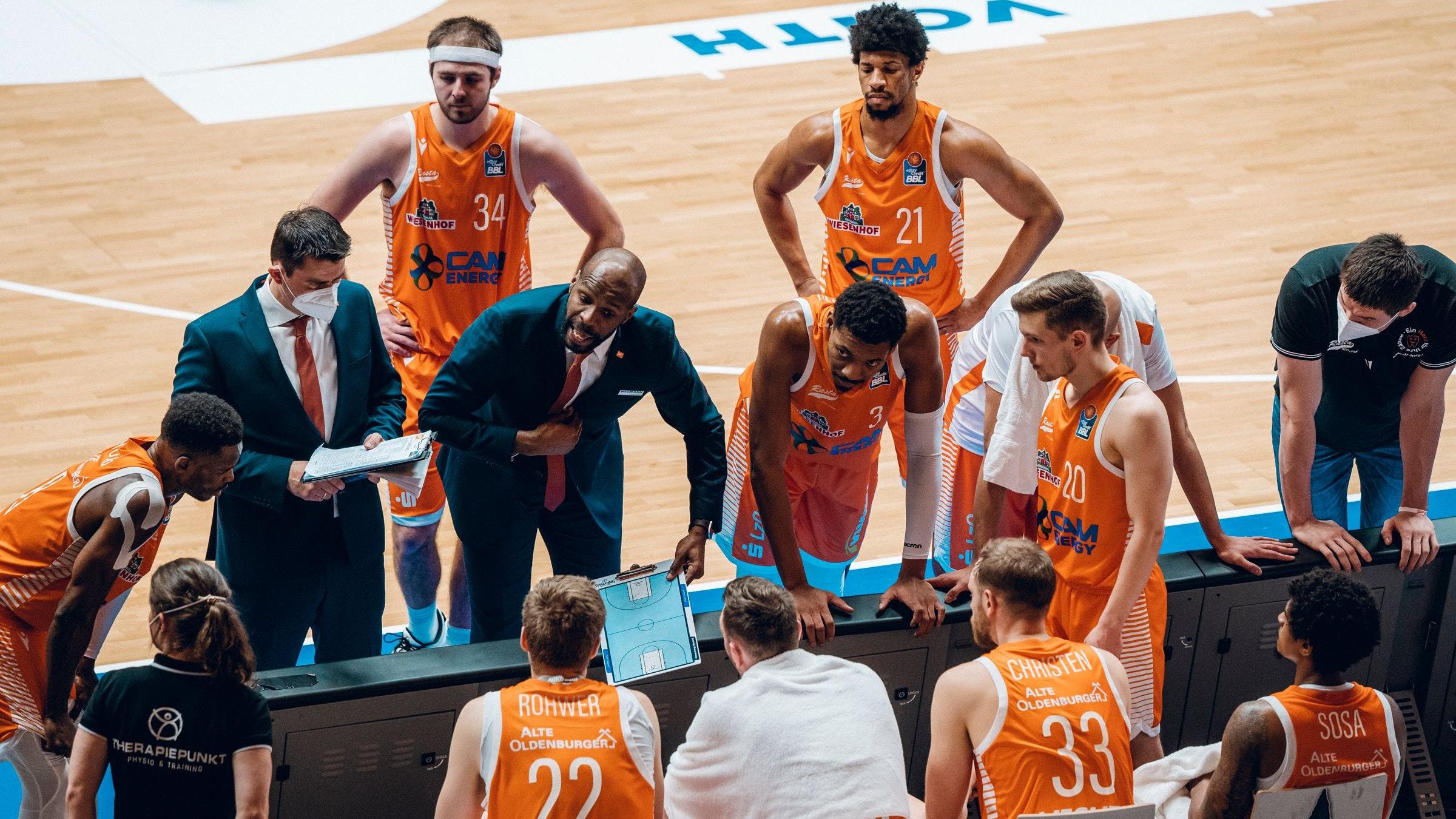 Gesprächsbedarf beim Schlusslicht: Rastas Coach Derrick Allen während einer Auszeit in Crailsheim. Foto: philippreinhard.com