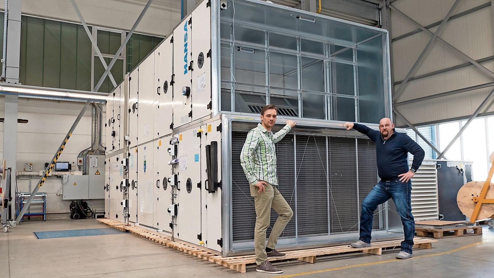 Ziemlich groß: Die Projektleiter Hannes Keck (links) und Thorsten Füllbrunn demonstrieren der Elemente, die in der Nordlink-Konverterstation verbaut wurden. Insgesamt sind die Lüftungskanäle dort rund zwei Kilometer lang. Foto: Stix