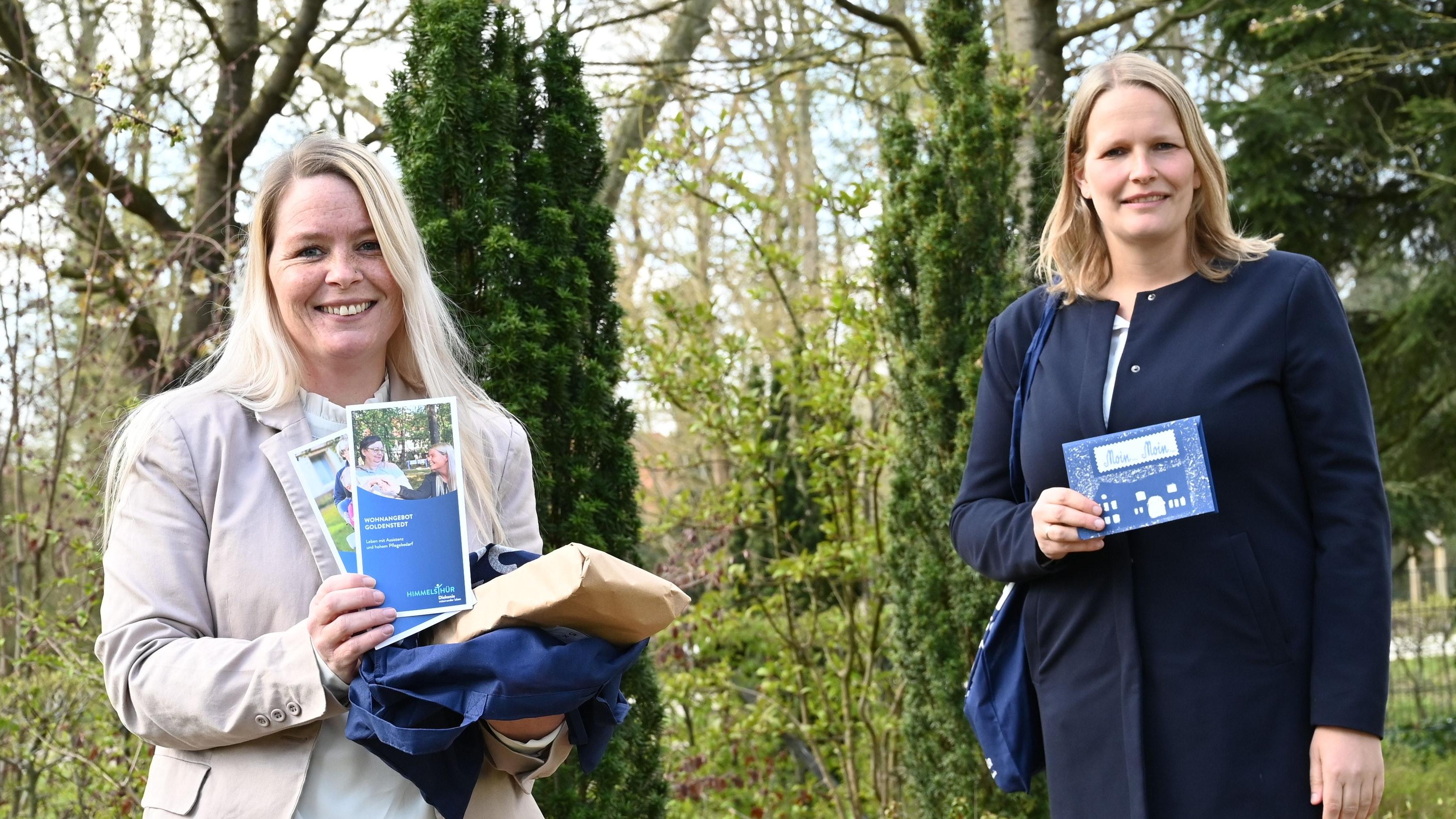 Mit Flyern und Grußkarte ausgerüstet haben sich die Wohnbereichsleiterin Inga Reinking (links) von der Diakonie Himmelsthür in Goldenstedt sowie Christin Henke (rechts) bei den neuen Nachbarn vorgestellt. Foto: Brinkhus