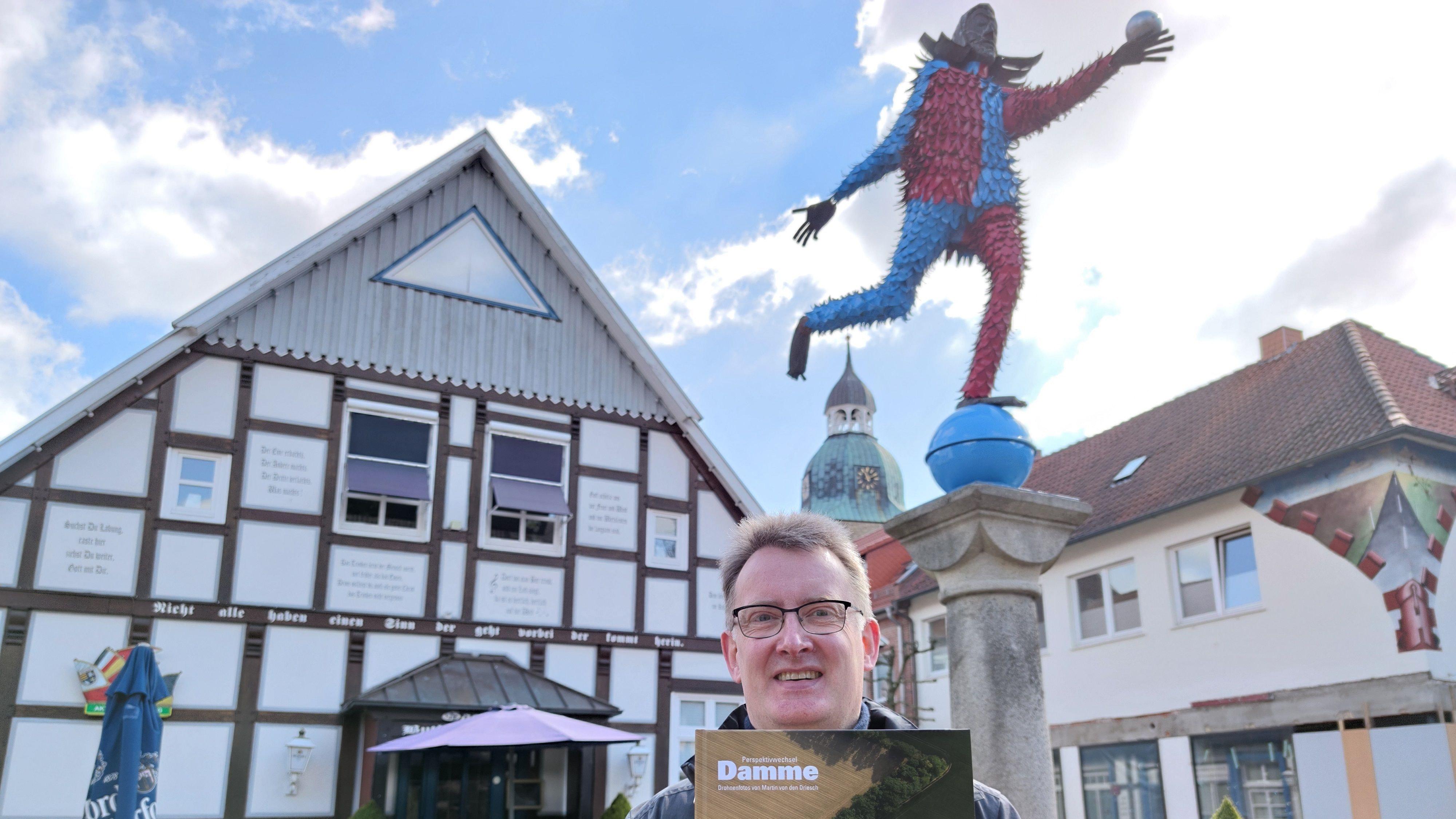 Martin von den Driesch stellt sein Buch mit Bildern vor, die er mithilfe einer Drohne gemacht hat. Foto: Röttgers