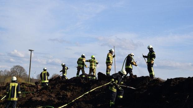 Feuerwehr löscht brennende Torfmiete in Ramsloh