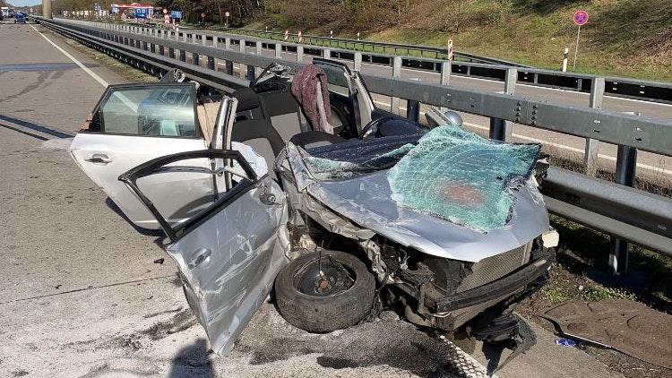 Völlig zerstört: Die Fahrerin wurde in dem Autowrack eingeklemmt. Foto: Polizei