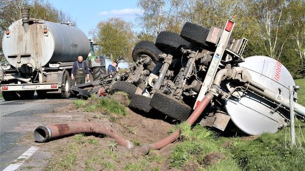 Nach Ausweichmanöver: Gülletransporter landet in Petersdorf im Straßengraben