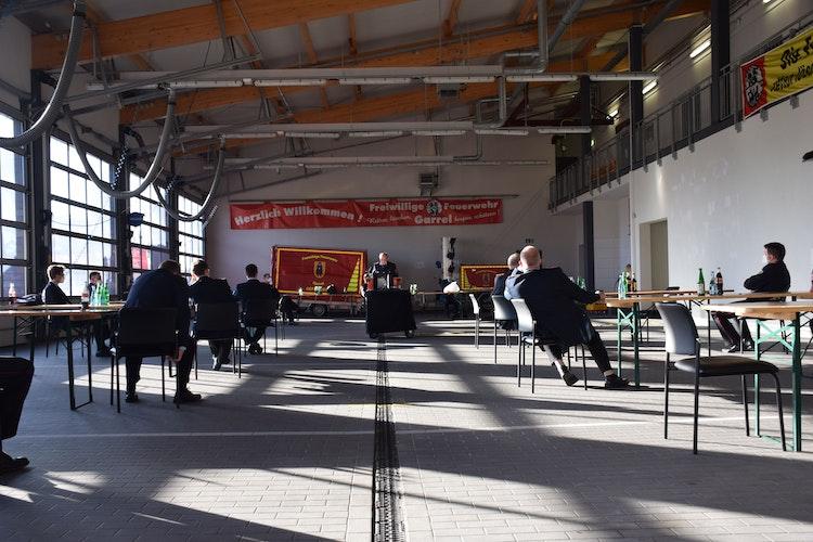 Auf Abstand: Im Feuerwehrhaus wurde darauf geachtet, dass die Corona-Auflagen eingehalten werden. Foto: Feuerwehr