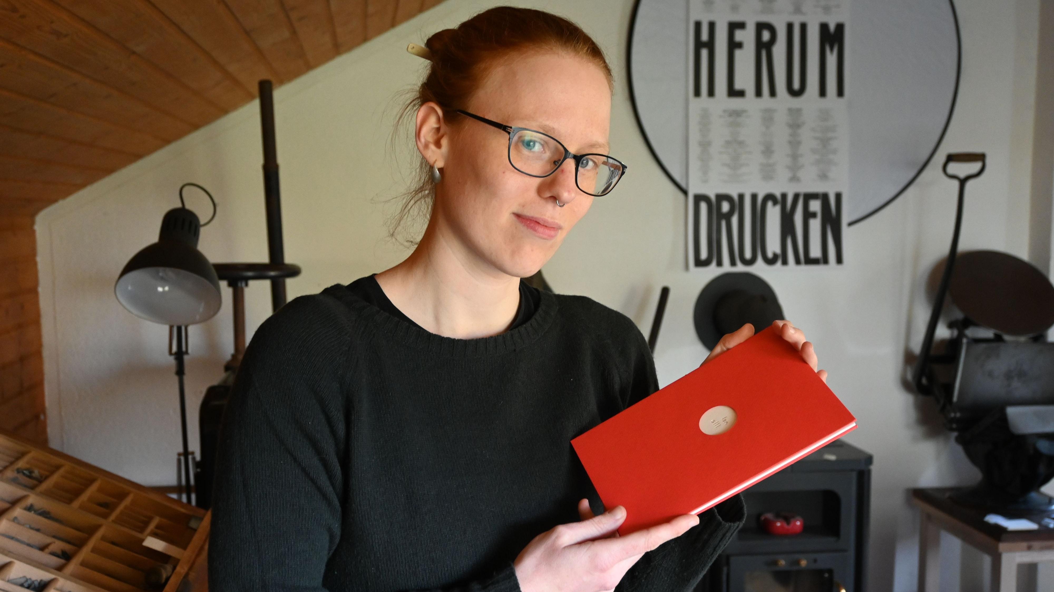 Kleinod: Stolz auf ihre Arbeit und den damit verbundenen Staatspreis ist Theresa Wedemeyer. Foto: Thomas Vorwerk