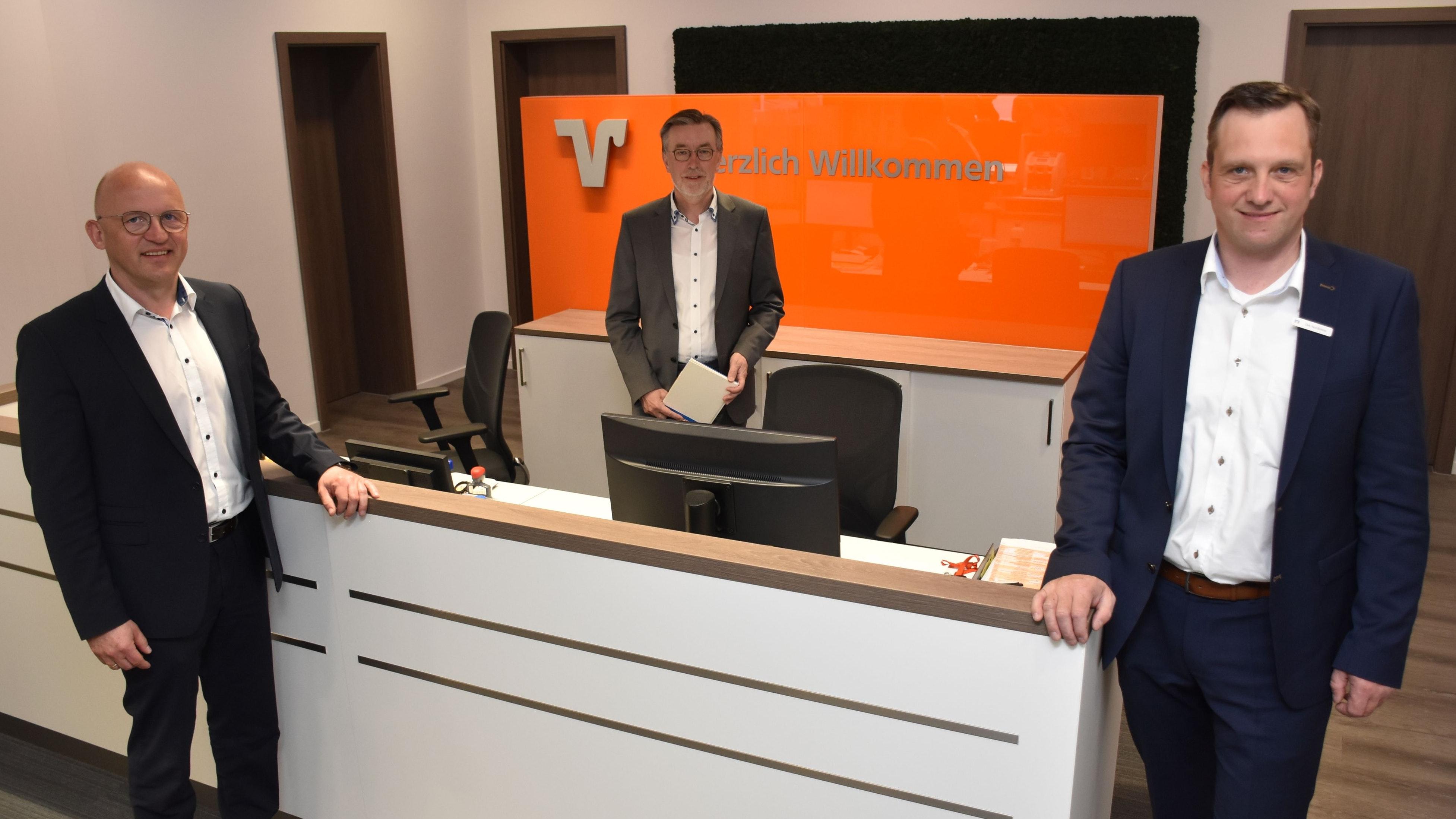 Die Volksbank-Vorstände Gerd Remmers (links) und Siegbert Tegenkamp (Mitte) sowie Filialleiter Dirk Nordlohne freuen sich über den gelungenen Umbau der Niederlassung in Mühlen. Foto: Timphaus