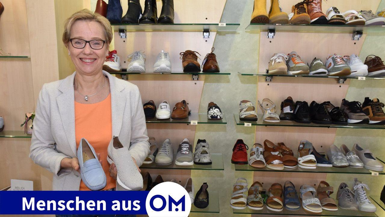 In ihrem Element: Maria Fangmann kennt sich mit Schuhen für Damen, Herren und Kinder sowie dem entsprechenden Zubehör aus. Foto: Klöker