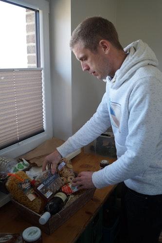 Puzzle-Arbeit: Dennis Busse legt beim Bestücken des Korbs auch auf die Optik wert. Foto: C. Meyer