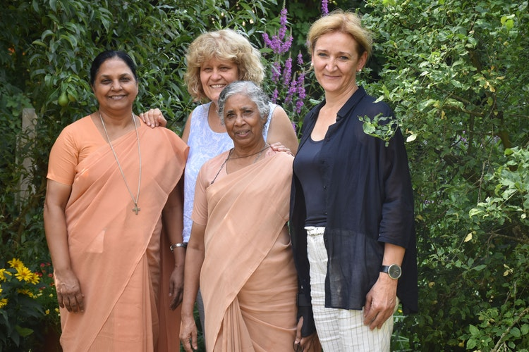 Ein Bild aus unbeschwerteren Tagen: Im Juli 2019 waren Schwester Betsy (Zweite von rechts) und Schwester Annie (links daneben) aus Indien zu Gast beim Arbeitskreis in Bakum – hier vertreten durch die Vorsitzende Marietheres Stoppel und Maria Thieke-Wacker (rechts). Foto: Ferber