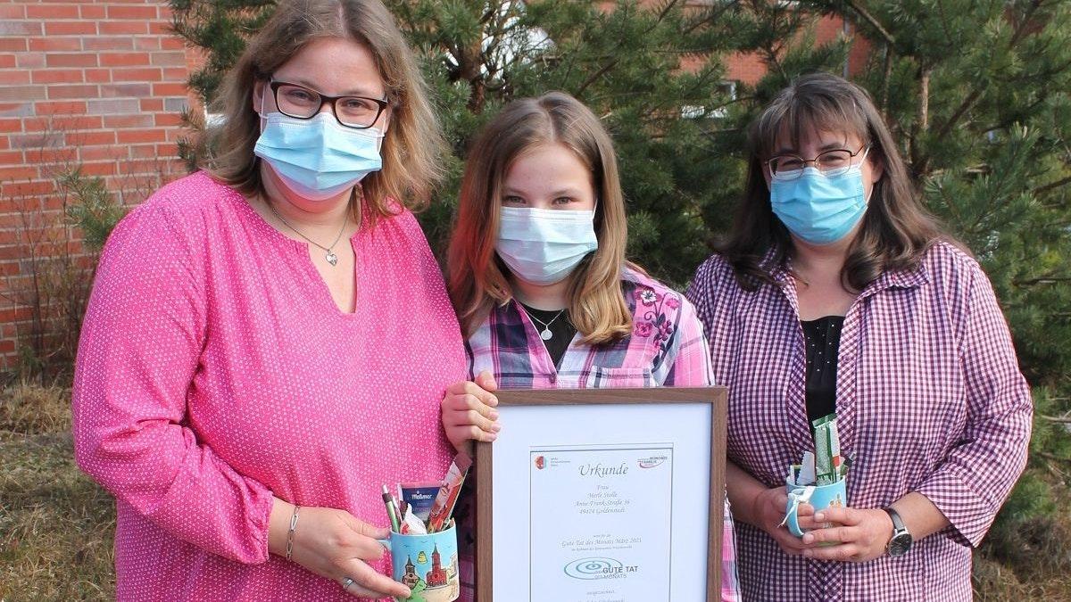 Freuen sich sehr über die besondere Auszeichnung: (von links) Mutter Michaela, Merle und Tante Sonja Stolle. Foto: Gebert-Fischer