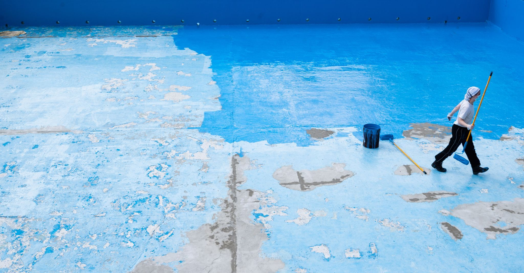 Vielerorts sind die Becken der Freibäder noch ohne Wasser. Ob und wie wieder geöffnet werden kann, ist nach wie vor fraglich. Foto: dpa/Stratenschulte