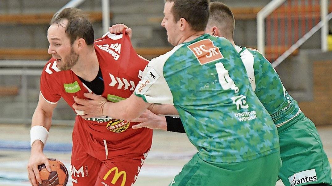 Nur nicht locker lassen: Niels-Uwe Hansen (links, im Spiel gegen die Füchse II) hofft mit dem TVC am Samstag in Aurich auf das erste Erfolgserlebnis im Ligapokal der 3. Liga. Foto: Langosch