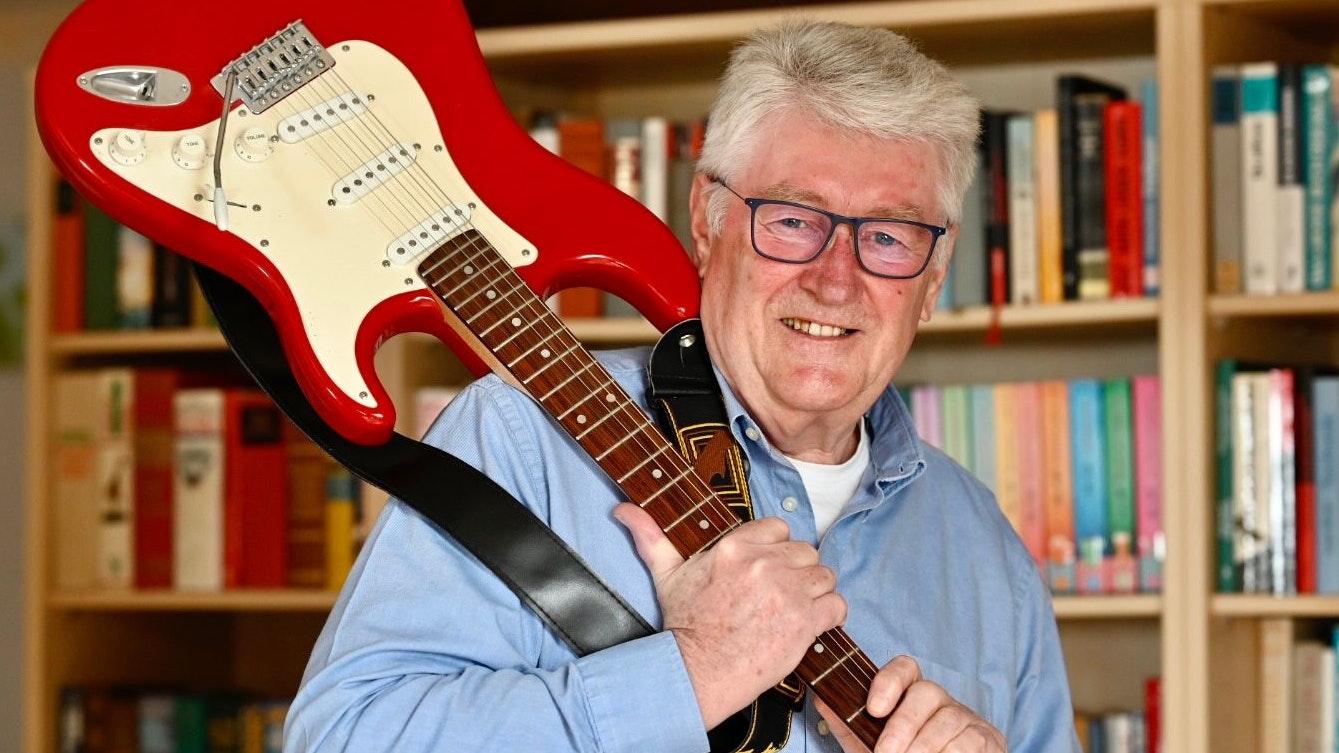 Eines seiner Instrumente: Klaus Steffan mit E-Gitarre. Foto: M. Niehues