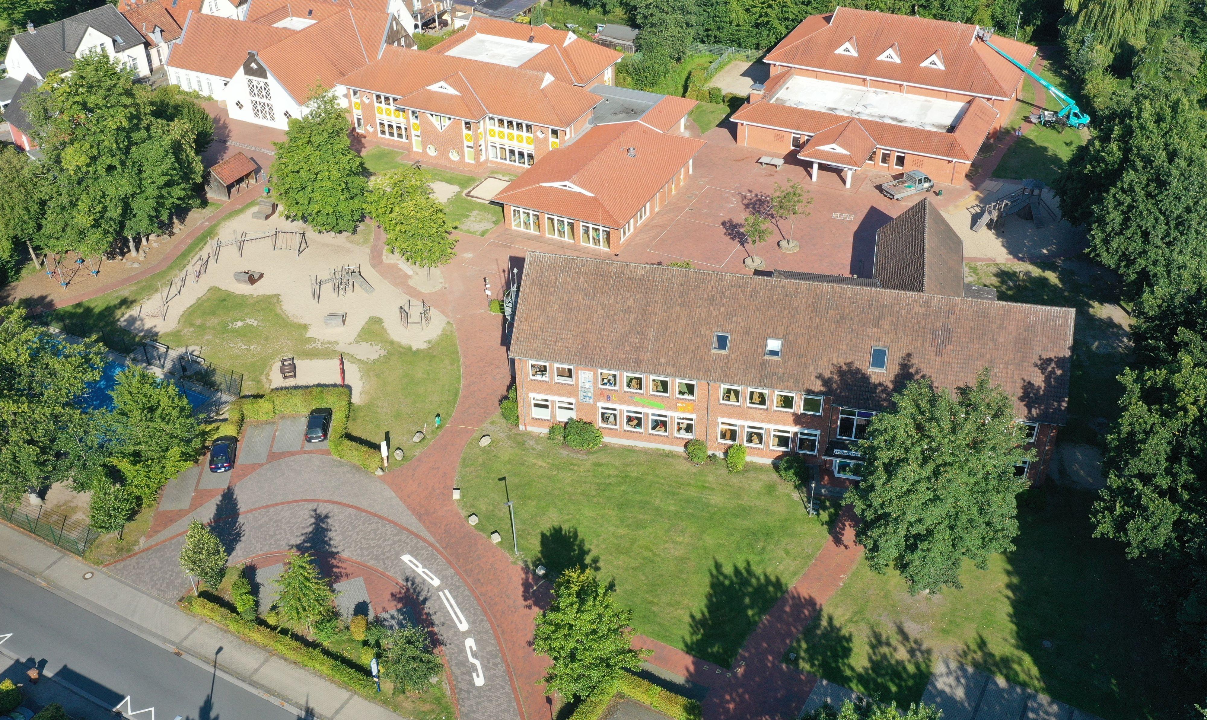 Nachbarschaft auf dem Bildungssektor: Wenn es nach den Plänen der Stadtverwaltung geht, sollen sich die Martin-Luther-Schule (vorne) und die Alexanderschule ab Sommer in eine Großbaustelle verwandeln. Foto: Lenger / Stadt Vechta