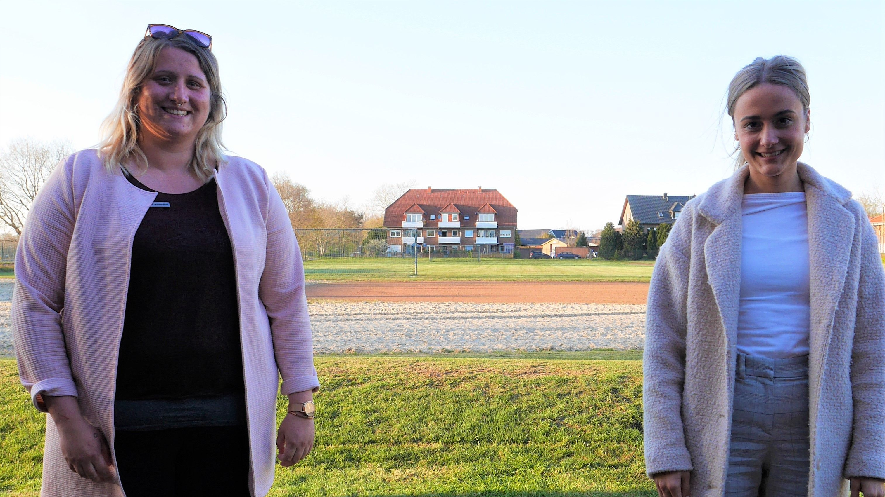 Nur wegen der Pandemie: Katharina Hornemann (links) und Franziska Hinterding gehen fürs Foto auf Distanz, arbeiten sonst aber sehr gut zusammen. Foto: Schmutte