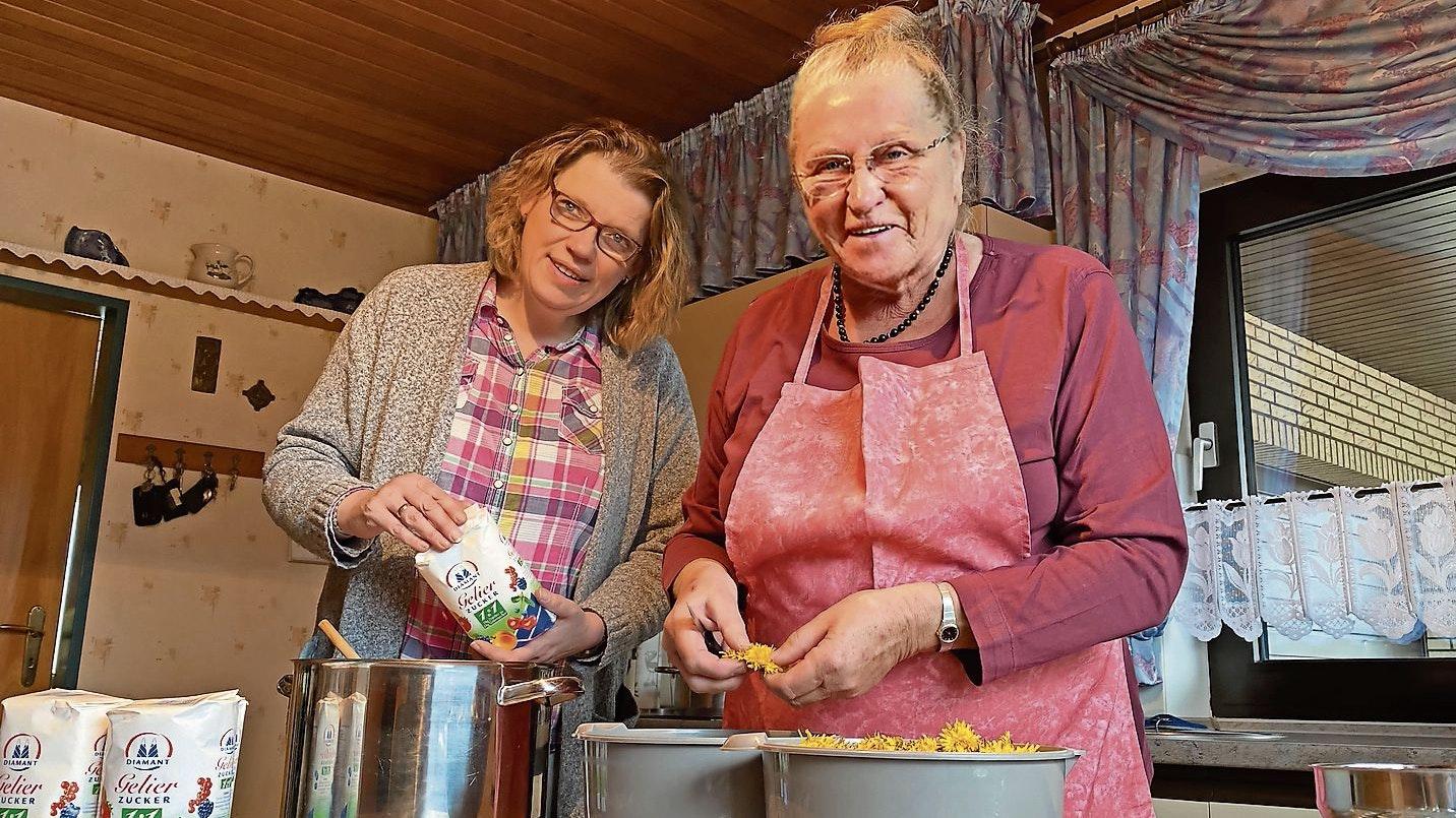 Überdurchschnittlich für Leukin im Einsatz: Anita Fehrmann (rechts) aus Markhausen produziert zurzeit Konfitüre aus Löwenzahnblüten. Hilfe erhält sie von Andrea Vaske aus Peheim. Foto: Claudia Wimberg