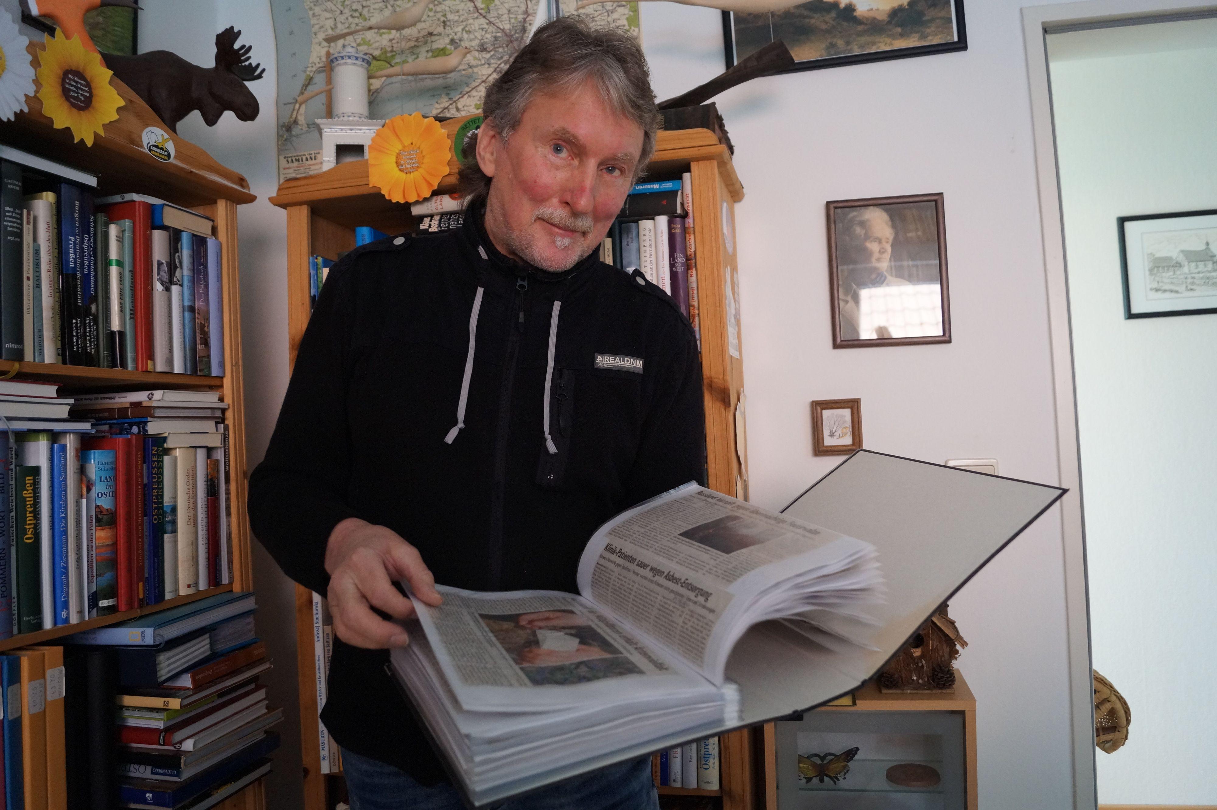 Blättert gerne in den Ordnern: Manfred Schlömer aus Lutten sammelt seit mehr als 30 Jahren Artikel und Leserbriefe zu Umweltthemen. Foto: C. Meyer