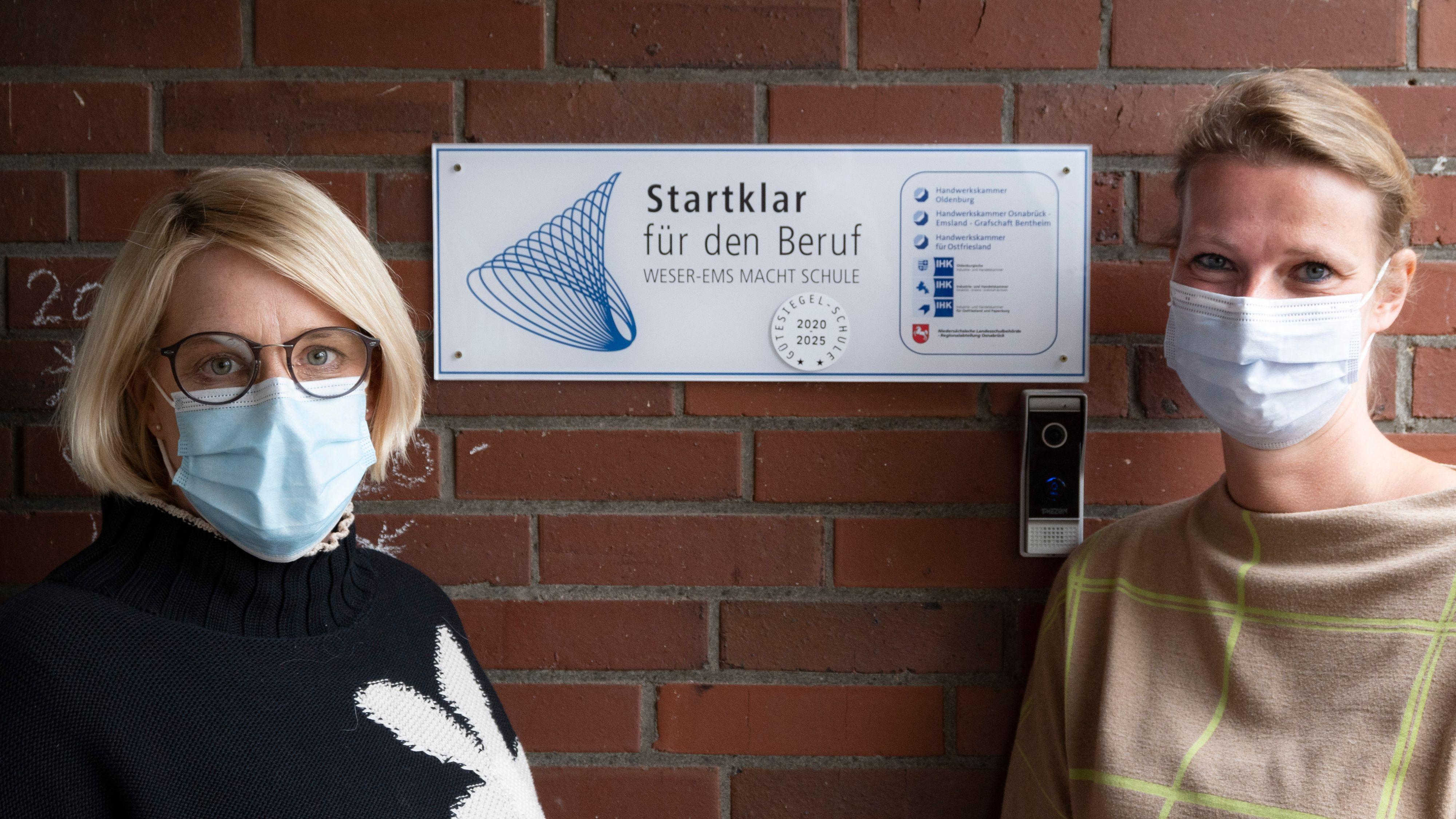 Qualität bestätigt: Heike Kloster, Didaktische Leiterin der OBS Emstek (links), und Diplom Sozialpädagogin/ -arbeiterin (FH) Sandra Meyer stellen das Gütesiegel vor. Foto: Thomas Vorwerk