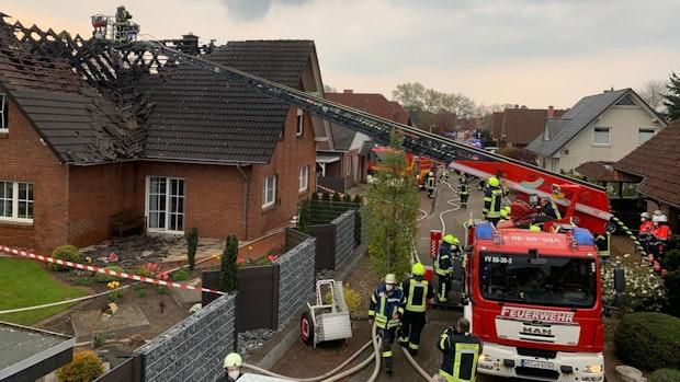 Dachstuhl von Einfamilienhaus fängt Feuer