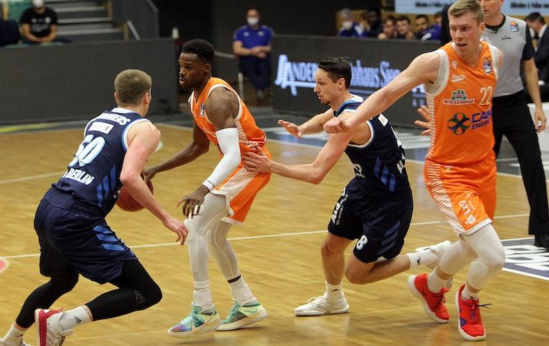 Schlusslicht gegen Meister: Rastas Josh Young (2. von links) im Angriff gegen die Berliner Ben Lammers (links) und Marcus Eriksson. Ganz rechts Björn Rohwer. Foto: Schikora