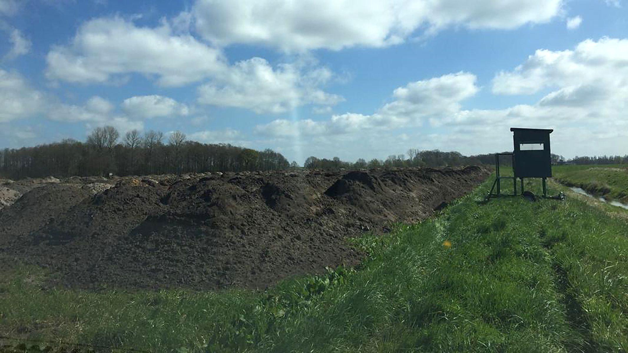 Nah am Hopener Mühlenbach und bis zu 2 Meter hoch: Mutterboden wurde auf den Flächen in der Nähe des Forschungsstalls in Höne aufgeschüttet. Foto: Pro Natura