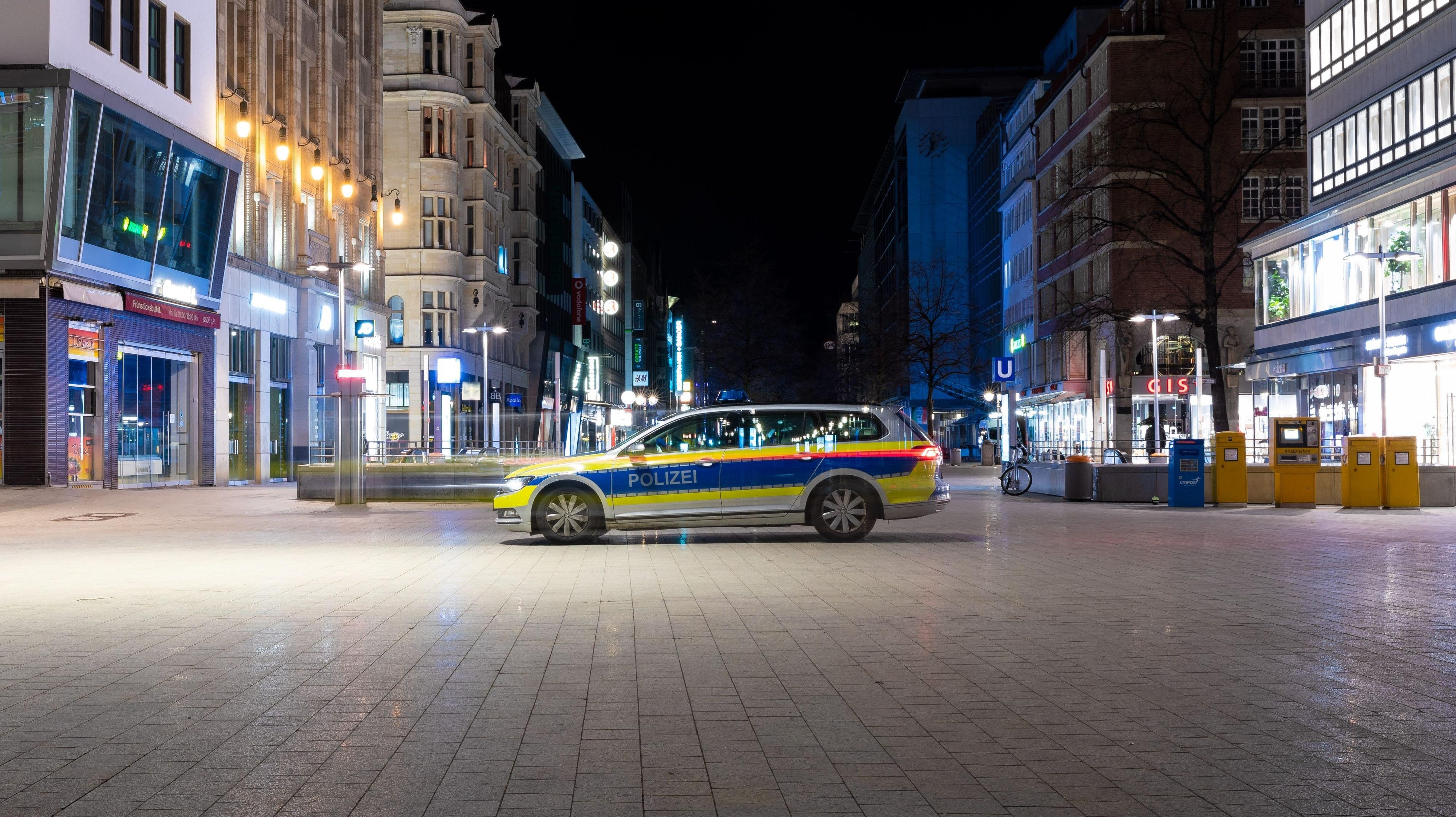 Ein Polizeifahrzeug steht in der Innenstadt von Hannover und überwacht die Einhaltung der Ausgangssperre. Foto: dpa / Frankenberg