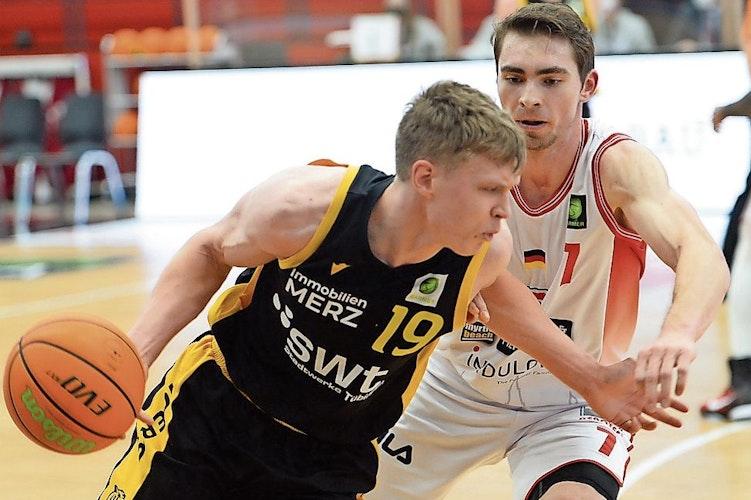 Topscorer unter sich: Quakenbrücks Adrian Breitlauch (weißes Trikot) erzielte für die Dragons 22 Punkte und acht Rebounds, Elias Valtonen für die Trierer 24 Zähler und sechs Rebounds. Foto: Langosch