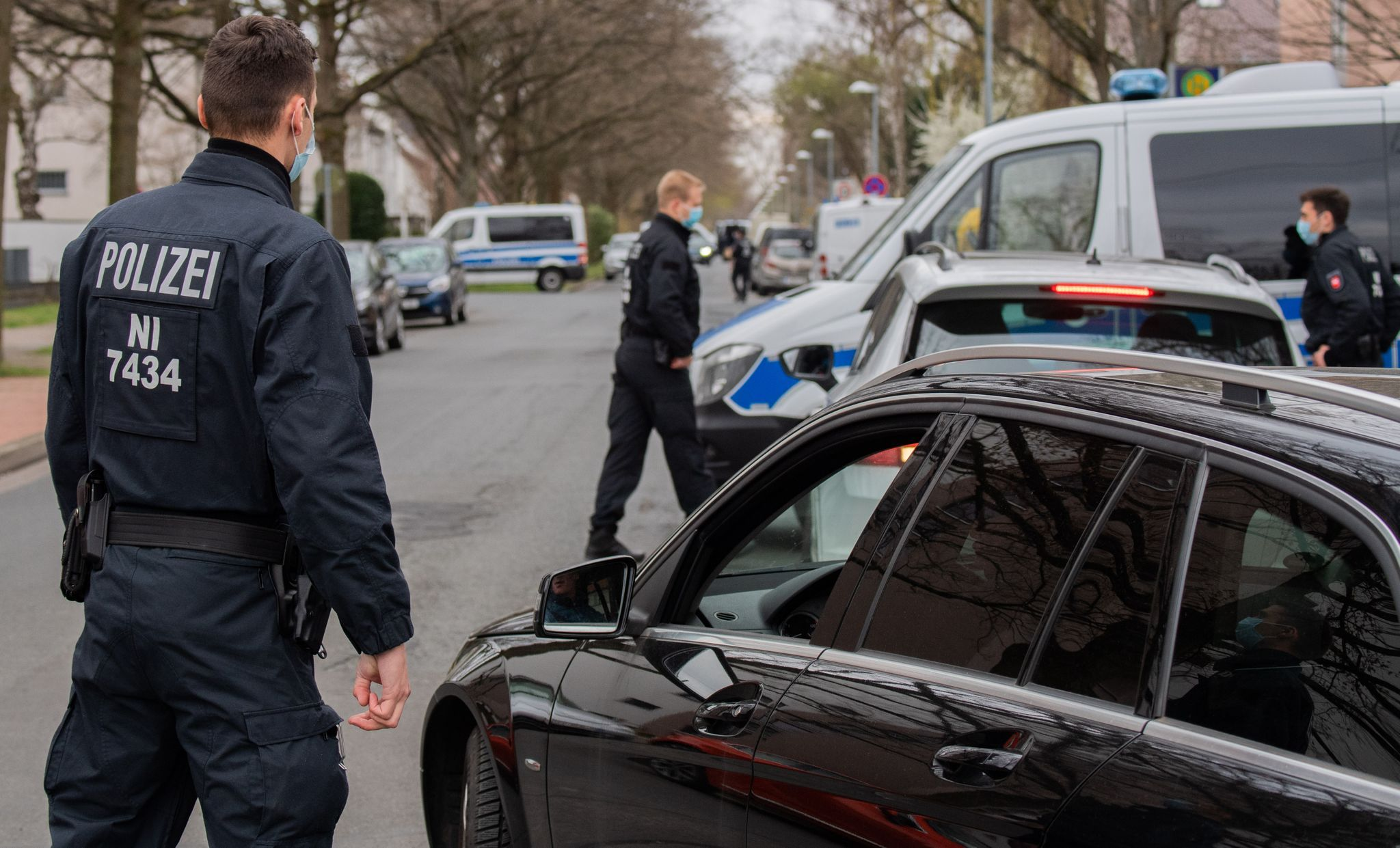 Polizisten kontrollieren ein Wohngebiet, in dem Niedersachsens Ministerpräsident Weil wohnt. Foto: Julian Stratenschulte / dpa