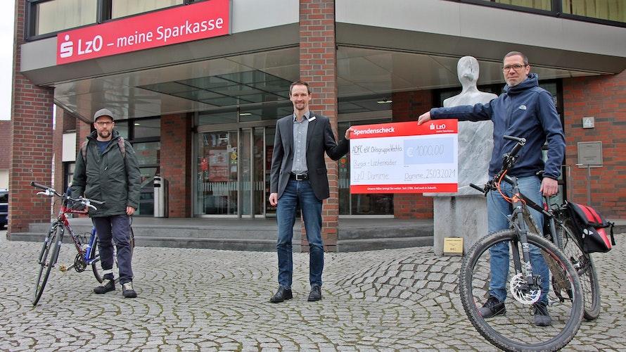 Matthias Dähne (links) und Stefan Bernholt freuten sich über die Spende der LzO, die vom Dammer Filialleiter Michael Landwehr überreicht wurde. Foto: Oevermann