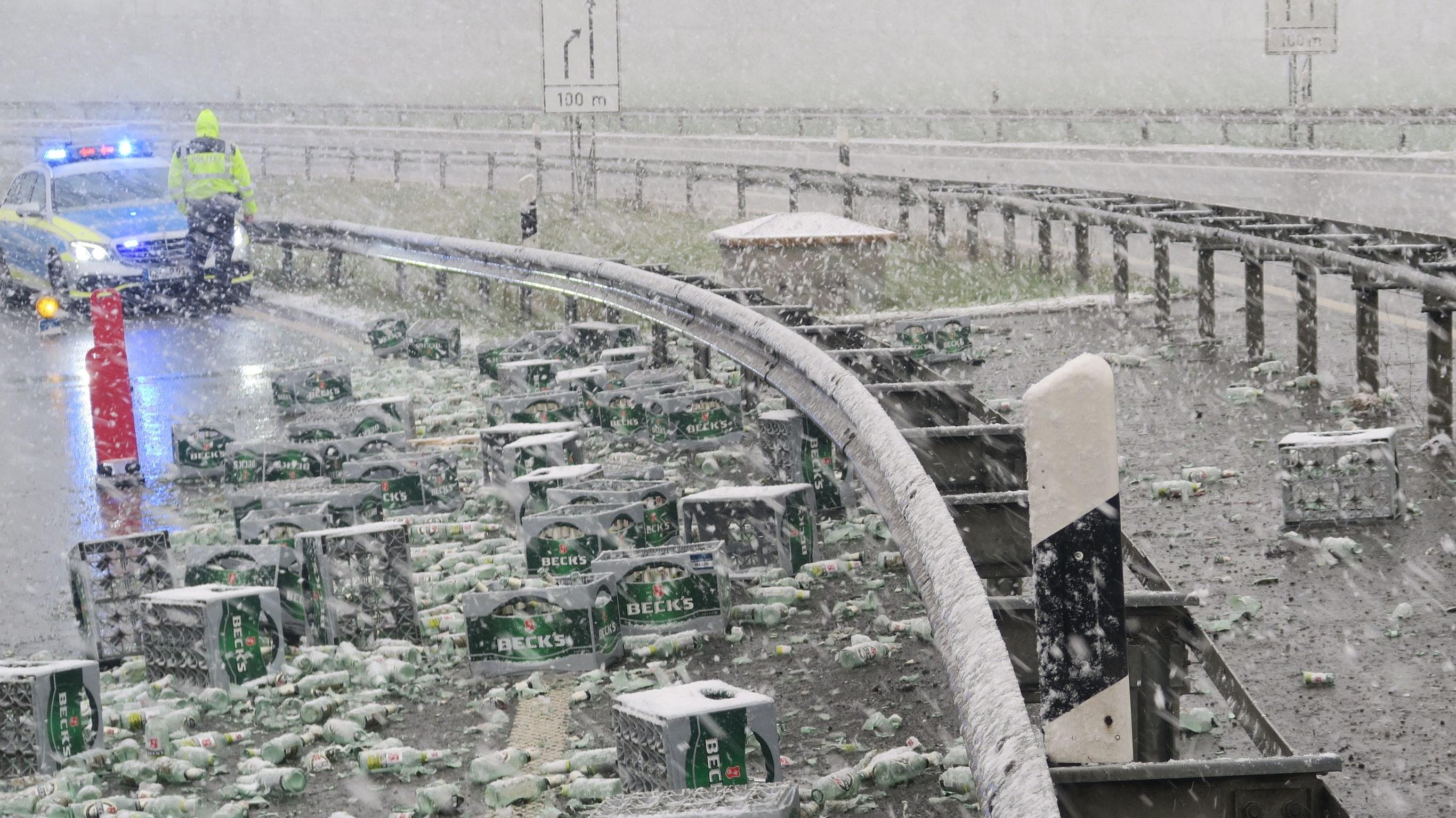 Unfall im Dreieck Stuhr: 55 Bierkisten stürzten auf die Fahrbahn. Foto: Autobahnpolizei Ahlhorn