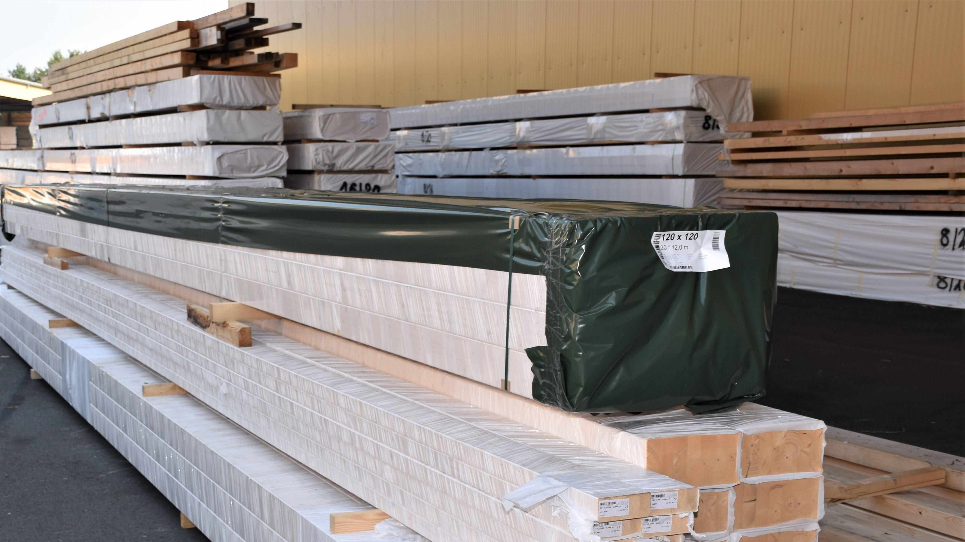 Fertig gepackte Pakete mit Bauholz: Die Preise des natürlichen Baustoffes explodieren zurzeit. Foto: Kühn