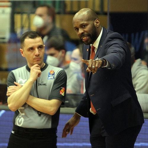 Gesprächsbedarf: Rasta-Coach Derrick Allen mit Schiedsrichter Gentian Cici. Foto: Schikora
