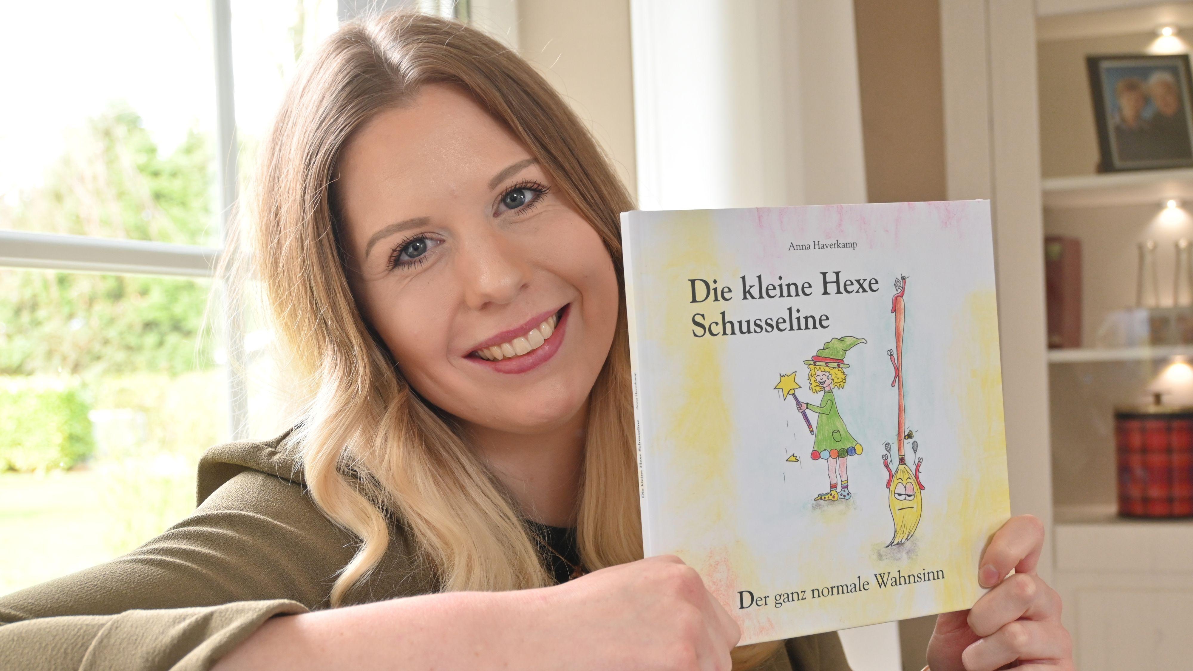 """Debüt: Anna Haverkamp hat sich mit dem Buch """"Die kleine Hexe Schusseline"""" einen lang gehegten Wunsch erfüllt. In Gestaltung und Inhalt hat die angehende Erzieherin ihre bisherigen beruflichen Erfahrungen einfließen lassen. Foto: Thomas Vorwerk"""