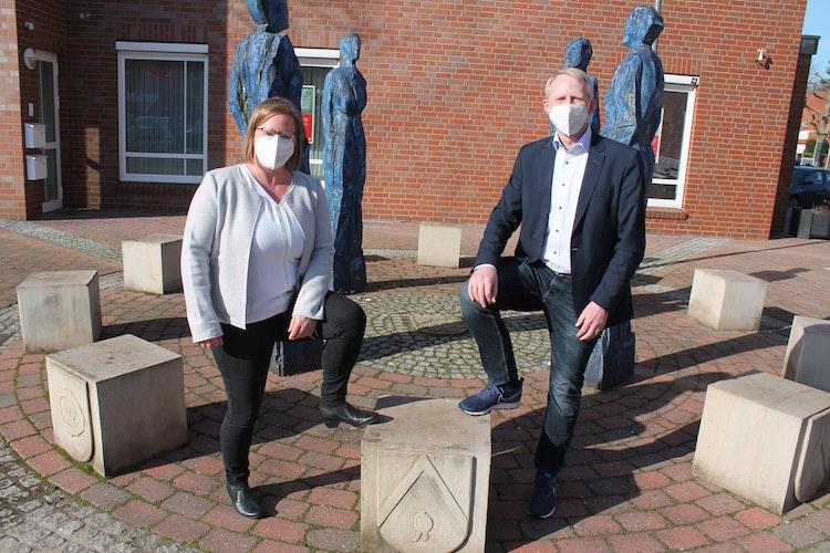 Haben viel Spaß an der Aktion: Daniela Thias vom Mehrgenerationenhaus und Bürgermeister Alfred Kuhlmann. Foto: Gebert-Fischer
