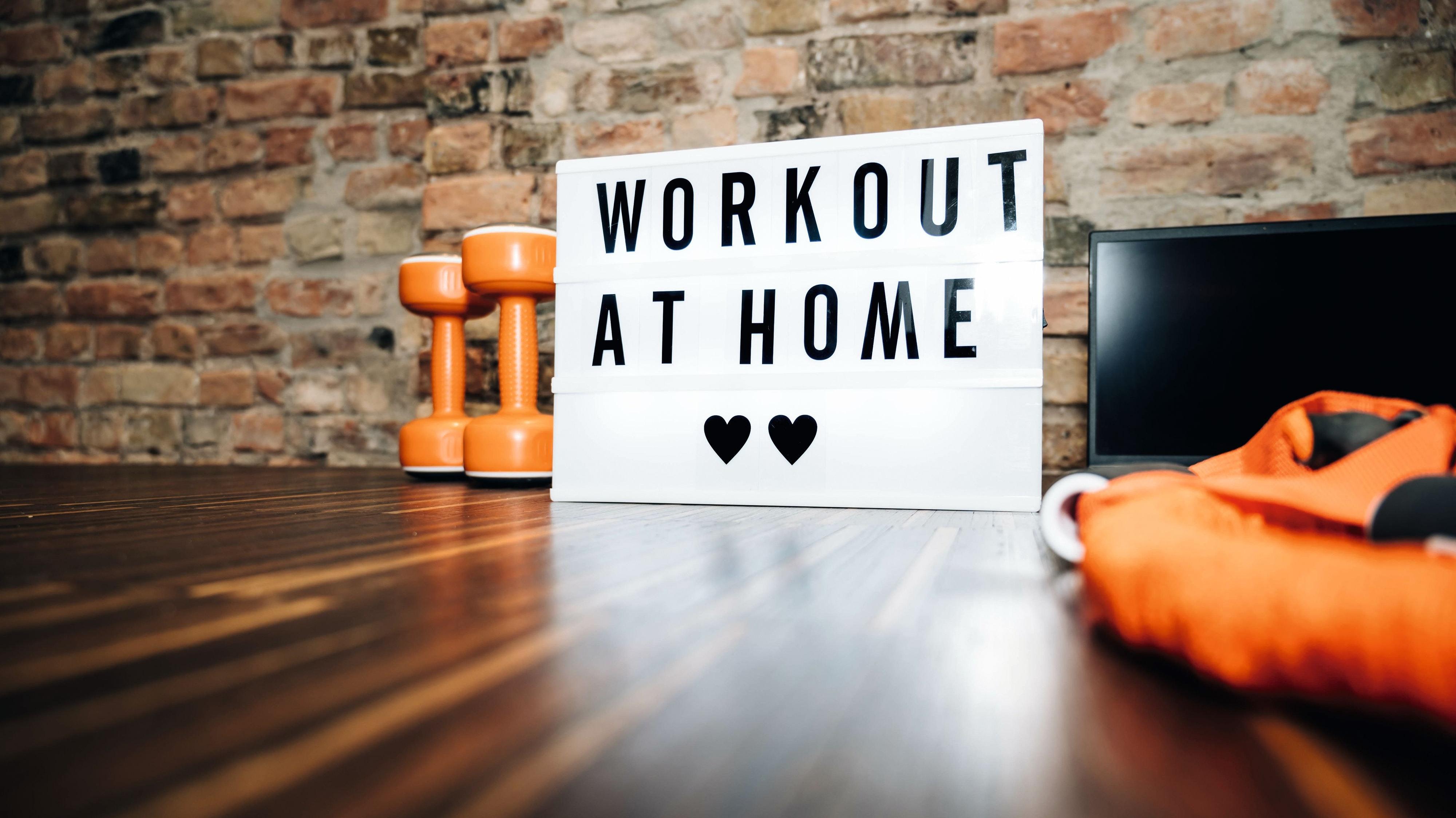 Immer mehr Menschen machen während der Corona-Pandemie ihr Zuhause zum Fitnessstudio. (Foto: stock.adobe.com/Reda)