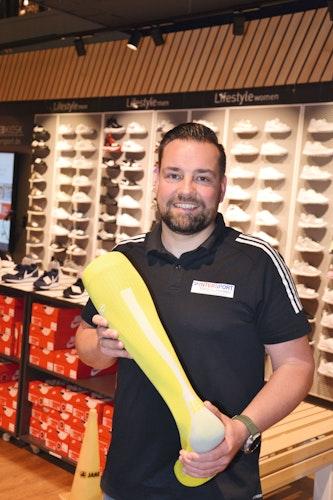 Socke ist nicht gleich Socke: Fachberater Martin Schön rät Laufanfängern, mit Kompressionsstrümpfen zu laufen. Diese würden Körperfunktionen aktivieren, Blasen verhindern und die Regeneration verbessern. (Foto: Bernd Götting)
