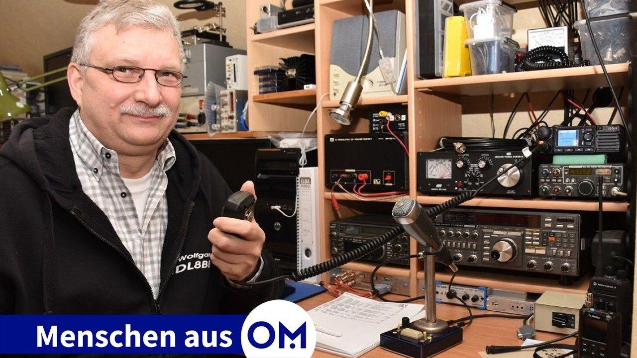 Auf Sendung: Wolfgang Lux in seinem Funkraum – im Fachjargon Shack genannt. Hier finden sich zahlreiche Funkgeräte und Messstationen. Foto: Klöker