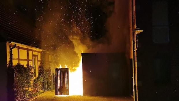 Geräteschuppen in Burgstraße brennt aus