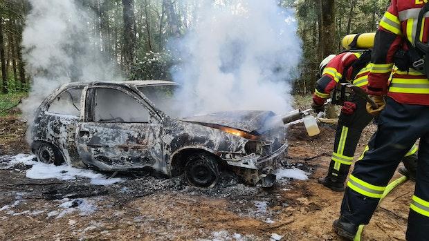 Passanten entdecken brennendes Auto