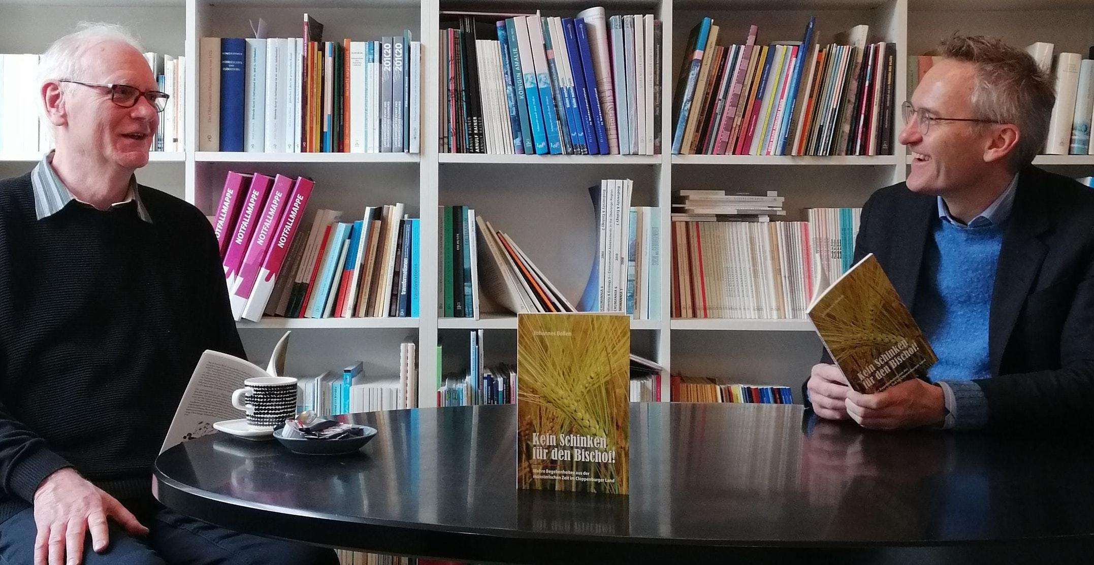 Autor und Verleger: Johannes Bollen (links) und Florian Isensee freuen sich über das fertige Buch. Foto: Verlag Isensee