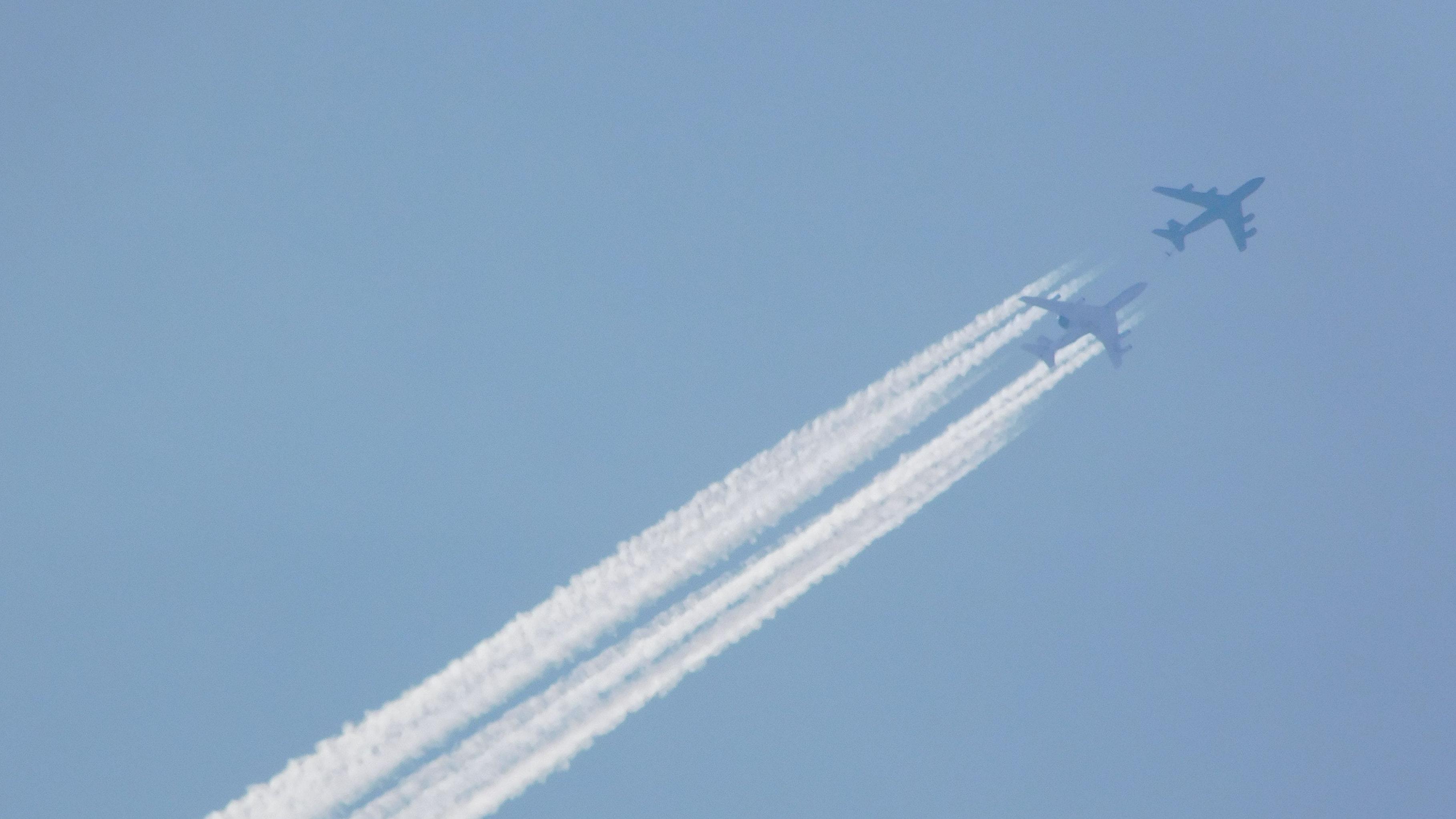 Spannendes Manöver am Himmel: Eine Awacs-Maschine setzt sich hinter das Tankflugzeug, um mit Hilfe eines ausgefahrenen Schlauches den Kraftstoff aufzunehmen. Die Luftbetankung dauert mehrere Minuten. Foto: Holger Weinreich