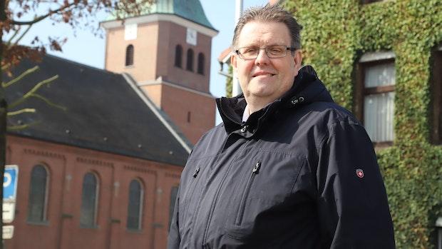 Pfarrer betet für kreative Alternativen