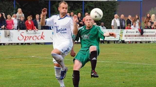 Erfolgreiche Jahre: Von 2010 bis 2015 war Steffen Bury (links) beim Bezirksligisten SV Altenoythe. Zunächst als Spielertrainer und später nur noch als Coach an der Seitenlinie. Foto: Archiv