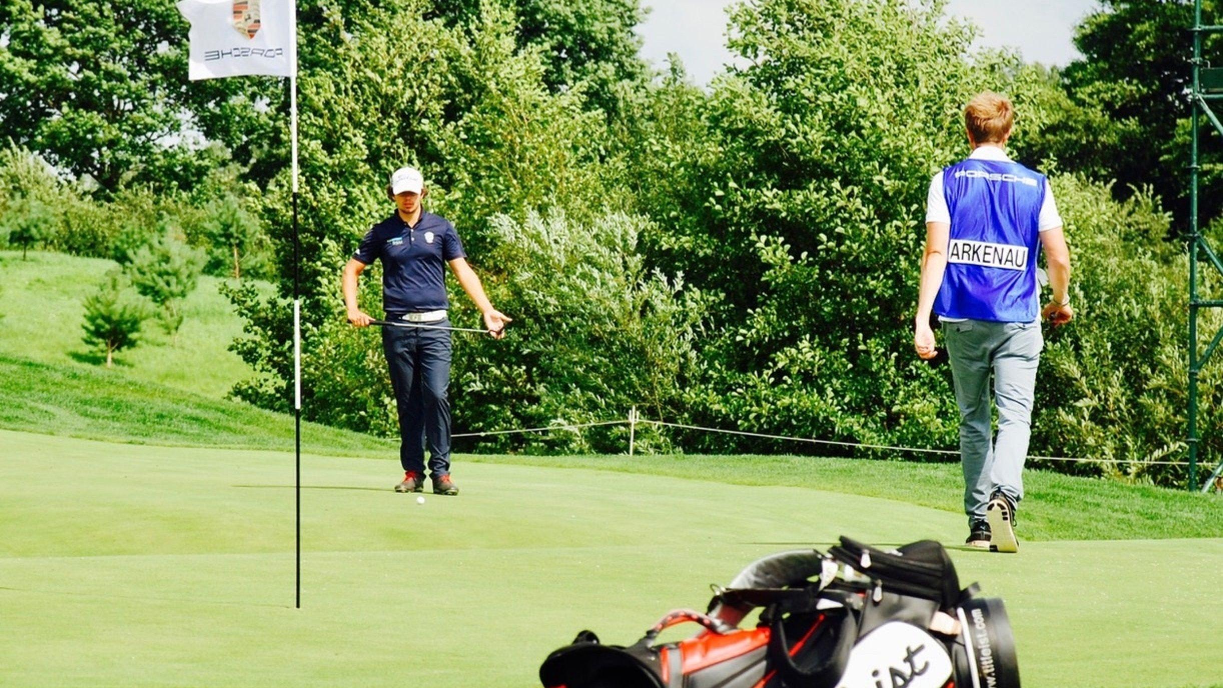 Das nächste Loch im Visier: Golfprofi Hinrich Arkenau (links). Foto: Club zur Vahr