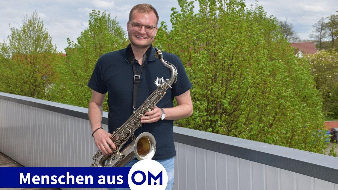 Mit seinem Lieblingsinstrument: Florian Henke spielt Tenorsaxophon bei der Feuerwehrkapelle Vörden und engagiert sich auch im Vorstand. Foto: Wehring