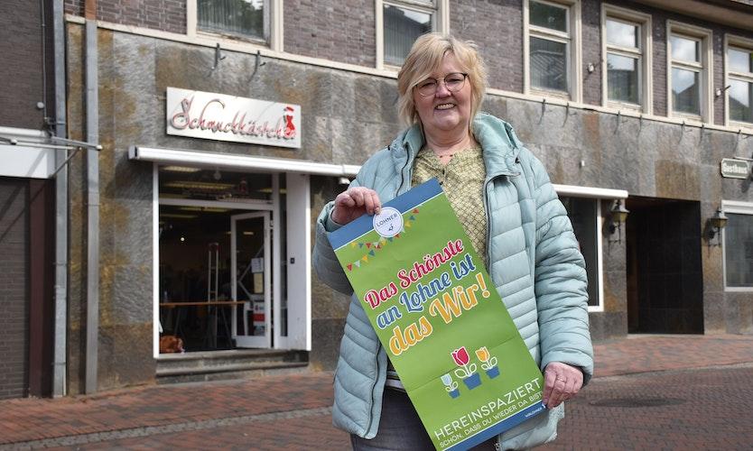 Ruth Sattler ist bereit. Die Lohner Einzelhändlerin freut sich darauf, voraussichtlich ab Freitag (21. Mai) wieder ihr Geschäft öffnen zu dürfen. Foto: Timphaus