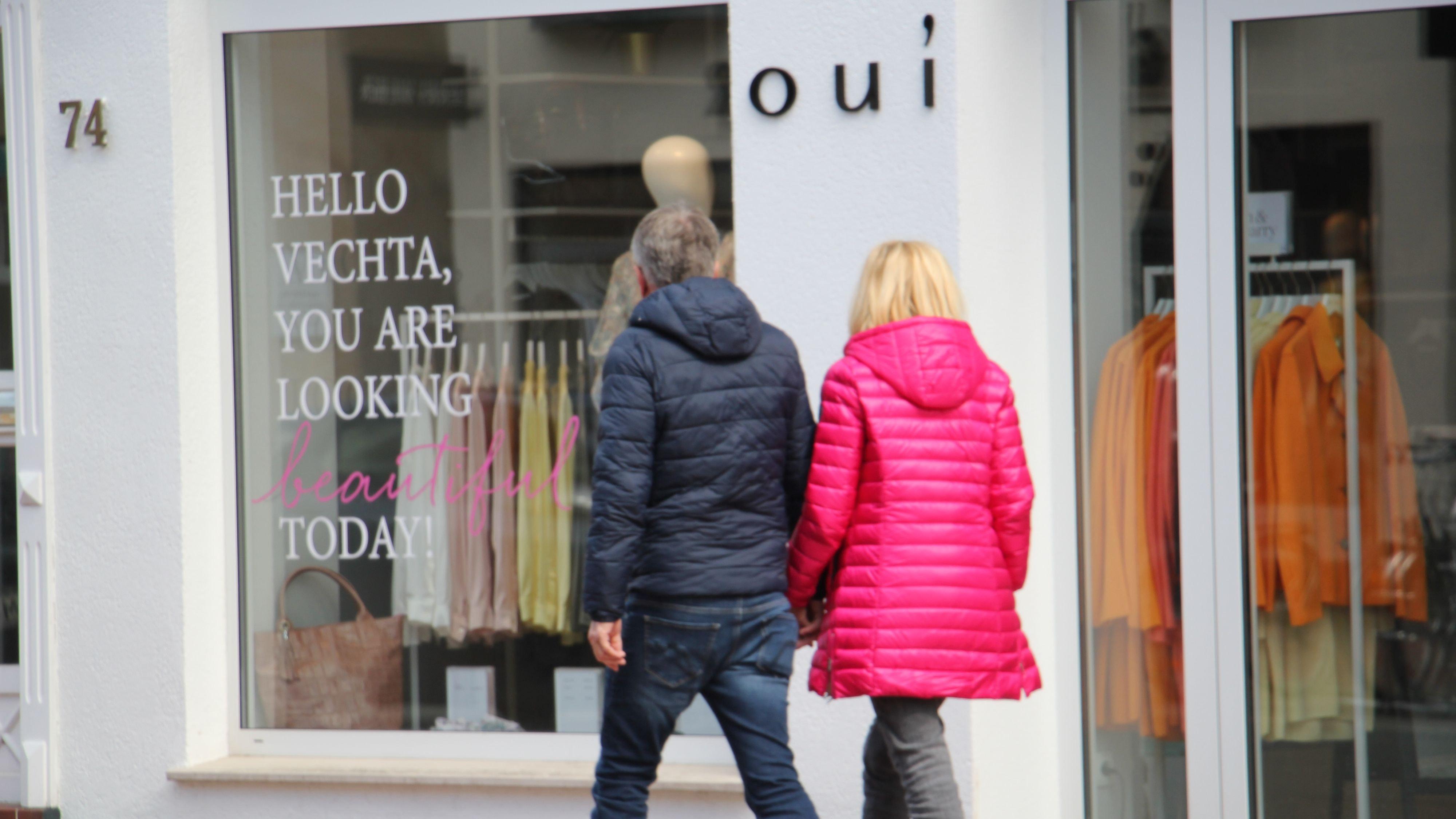 Beim Schaufensterbummel soll es nicht bleiben. Wenn sich die Inzidenzzahlen weiter so positiv entwickeln, können die Geschäfte, wie hier auf der Großen Straße in Vechta, in wenigen Tagen ihre Türen öffnen. Foto: Speckmann
